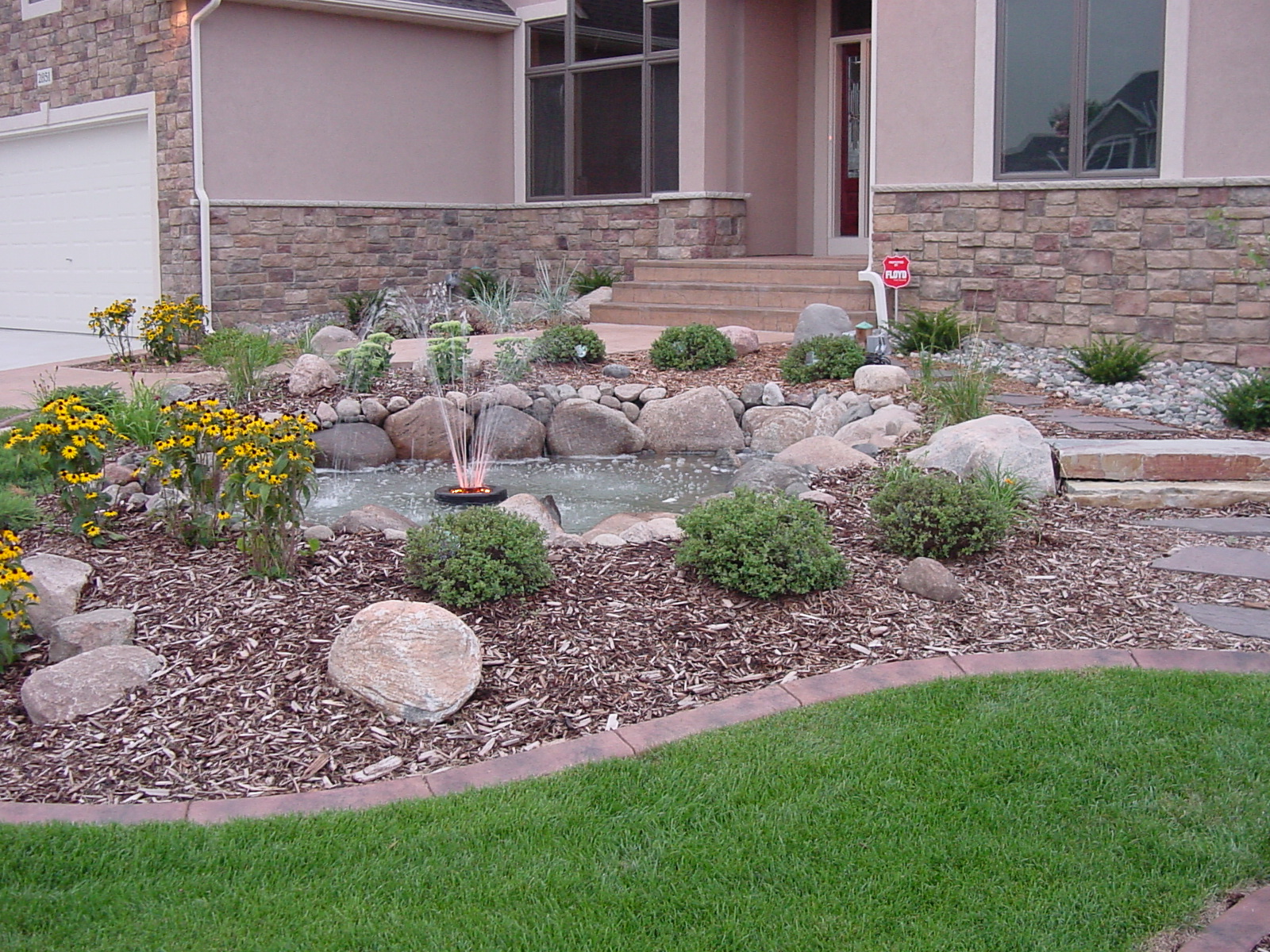 Landscape edging ideas brick stone plastic concrete for Stone landscaping ideas